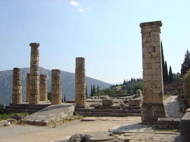 Руины храма Апполона в Дельфах