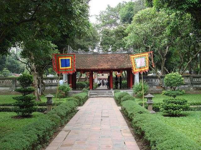 Первый дворик Храми Литературы и ворота, ведущие во второй