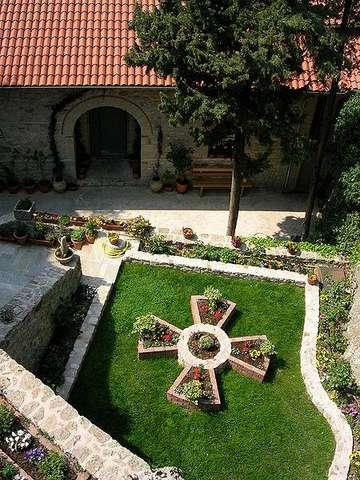 Монастырь Русану, внутренний дворик