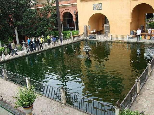 Сад Меркурия. В центре небольшого пруда находится статуя бога Меркурия.