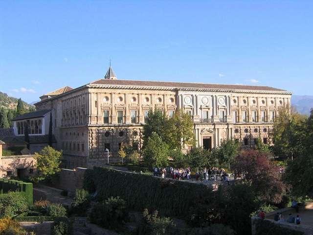 Западная сторона дворца Карлоса V в Альгамбре