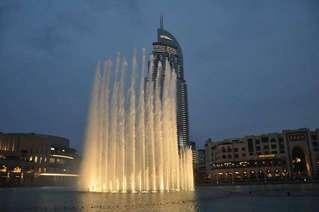 Поющие фонтаны, на фоне Бурдж Халифа