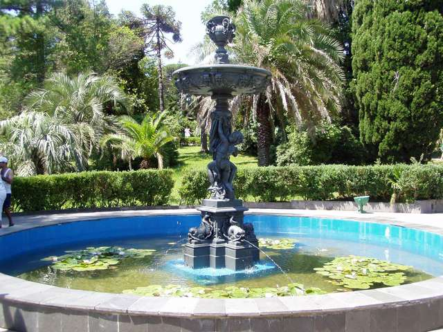 Амуры - центральный фонтан Дендрария