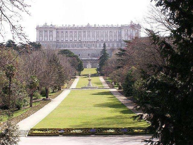 Вид на дворец со стороны сада (Западная сторона)