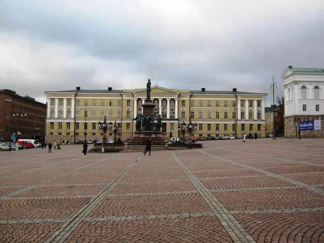 Памятник Александру II на фоне здания Госсовета
