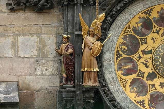 Фигурки изображающие Архангела Михаила и язычество