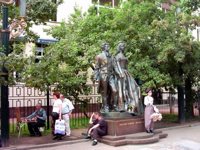 Памятник Гончаровой и Пушкину на Арбате
