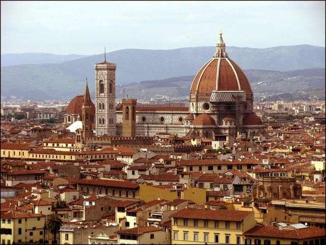 Собор Санта Мария дель Фьоре возвышается над окружающими зданиями