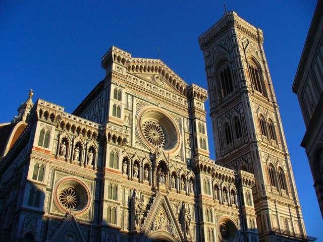Справа колокольня собора