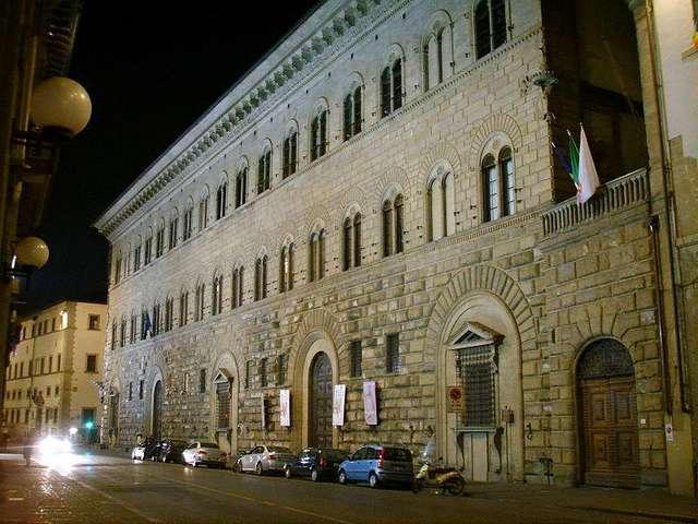 Палаццо Медичи ночью
