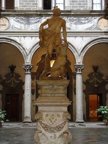 Скульптура во внутреннем дворике дворца