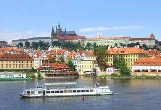 Вид на Пражский град с реки Влатвы