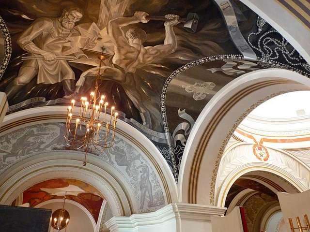 Все потолки музея покрыты росписью посвященной труду и обороне Советского Союза