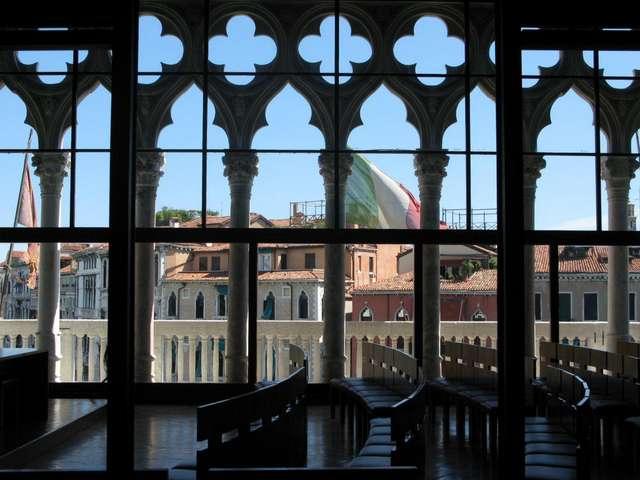 зал сделанный по дизайну архитектора Карло Скарпа