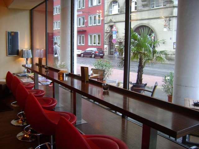 Кафе-бар (есть столики на улице)