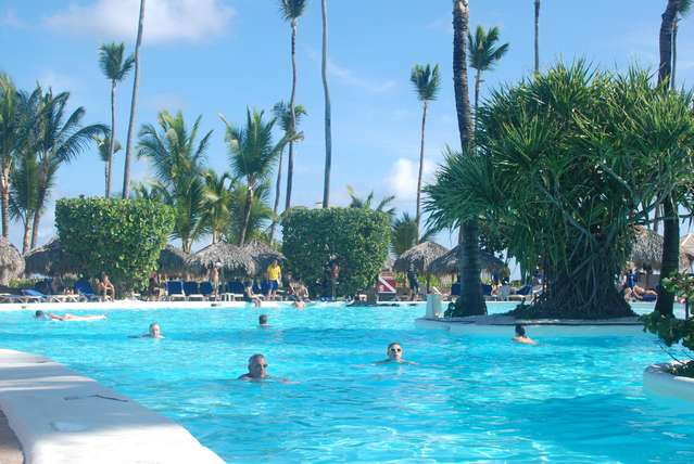 Весь бассейн состоит из двух частей, одна принадлежит отелю Иберостар Доминикана. На фото видна лишь часть
