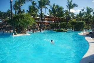 Позади бассейна виден жилой корпус отеля Иберостар Пунта Кана