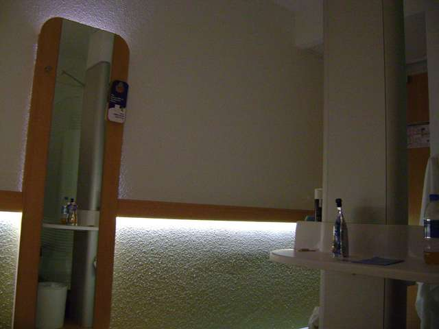 В номере (в зеркало видно часть стенки душа)