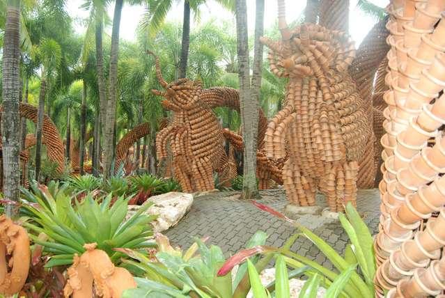 Скульптуры слонов из глиняных горшков