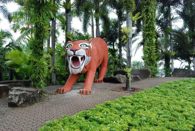 А этот тигр охраняет парк от грабителей!