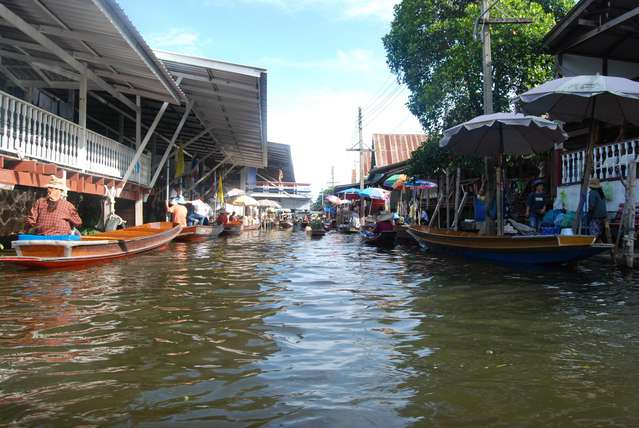 """Одна из центральных """"улиц"""" плавучего рынка"""