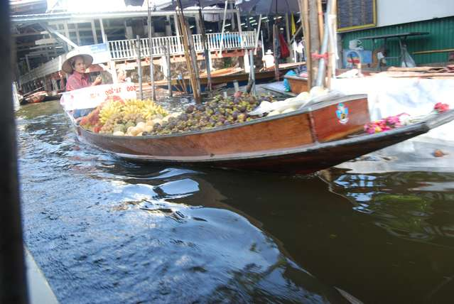 Лодка, полная товаров