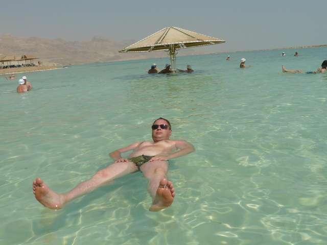 Мертвое море. Так можно отдыхать на воде.
