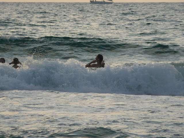 Высокие волны Средиземного моря.