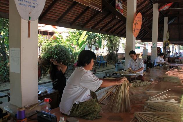 Чтобы собрать бамбуковые спицы, нужно шпагат придерживать большим пальцем ступни