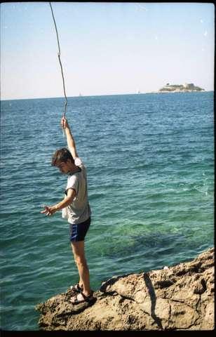 Море такое прозрачное, что видно, кто клюет