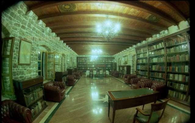 Старинная библиотека в Будве - для настоящих книжных червей
