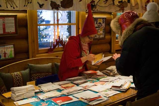 Почта Санта Клауса, Эльфы за работой
