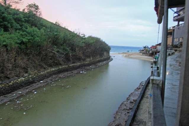 Помойка вдоль торговых рядов, которая вытекает в океан прямо на пляже Dreamland (New Kuta beach)