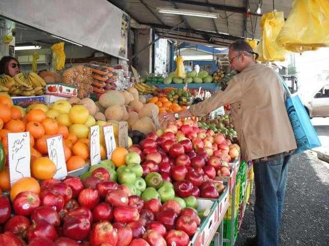Изобилие фруктов на рынке.