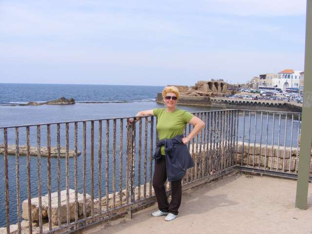 Разрушенная стена, защищавшая город с моря.