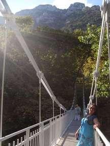подвесной мост на подходе к церкви