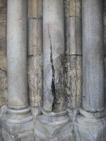 Последствия удара молнии, которая помогла зажечь огонь в Церкви Гроба Господня