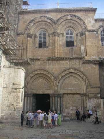 Пустой двор Церкви Гроба Господня - не реальное зрелище