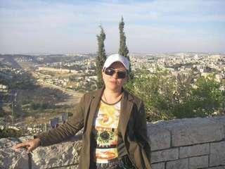 Вид на Иерусалим со мною вместе. Две елки на заднем фоне превращают меня в зайца... или осла:-)