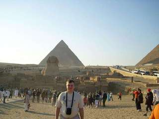 На фоне пирамид и Сфинкса