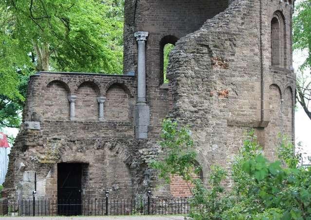 Фрагмент древних строений в парке Ваалхоф, Неймеген.