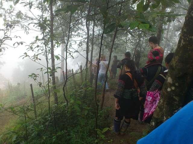 Встретили несколько групп туристов, скоро придем в деревню