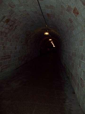 Вот по этому тоннелю мы шли 120 м к лифту, поднимающему туристов к даче Гитлера