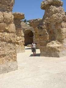 Я и Карфаген. Сзади, вдалеке, Императорский Дворец, который строго воспрещается фотографировать;-)