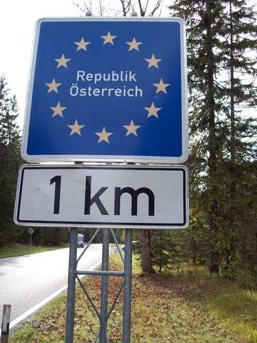 Вместо пограничных столбов в Европе теперь стоят такие указатели