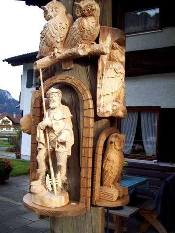 Эти деревянные скульптуры мы увидели на одном из подворий
