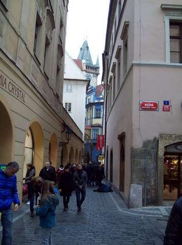 На узких улочках Праги всегда много туристов
