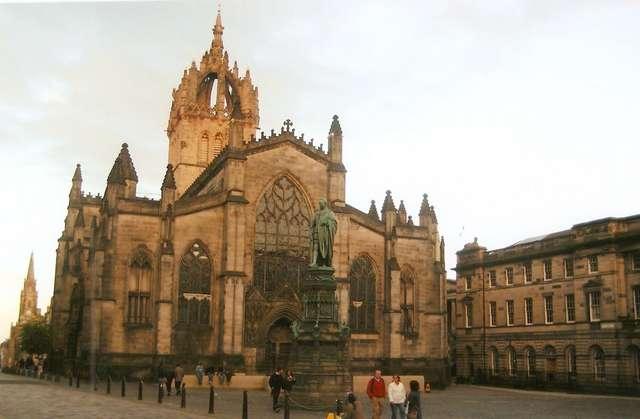 St Giles` Cathedral на Королевской миле в лучах заходящего солнца