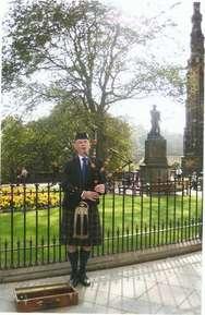 Шотландец с волынкой возле Шотландского Монумента