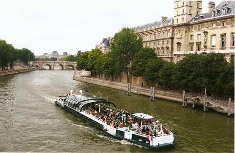 Экскурсия на катере по водам Сены